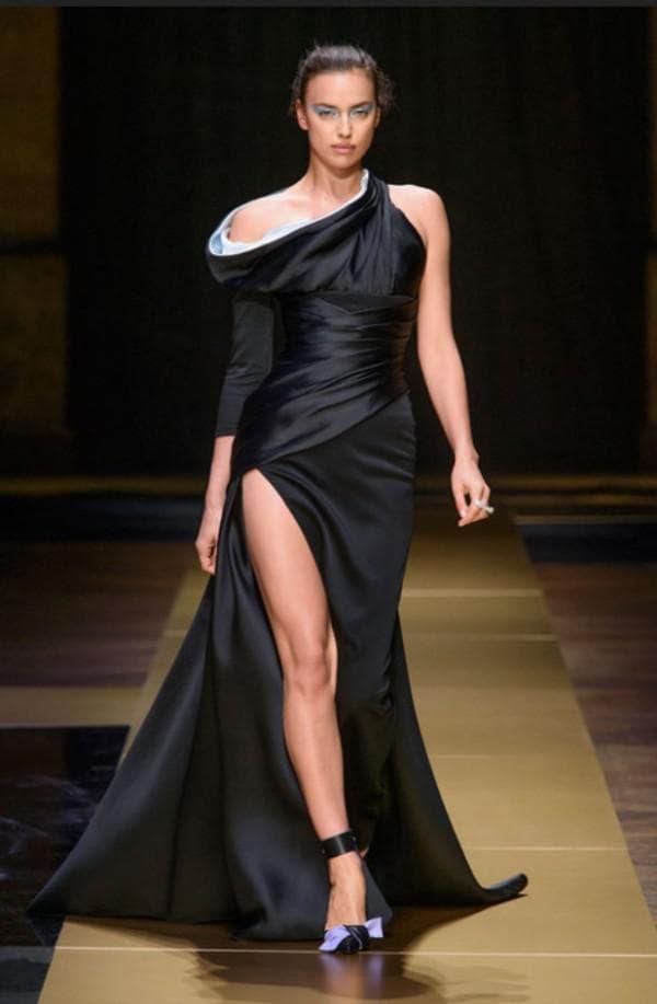 Ирина Шейк в платье от Версаче
