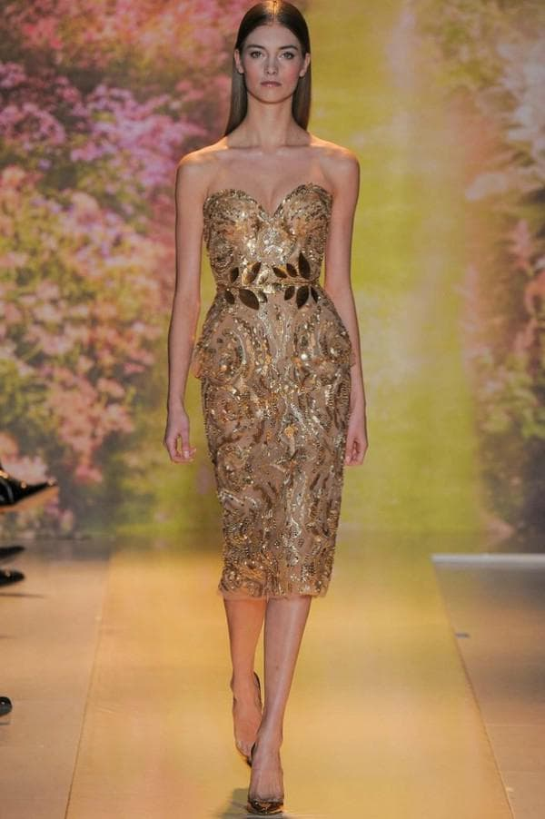 Короткое вечернее платье цвета золотого песка