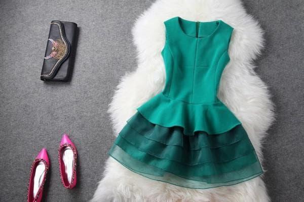 Короткое платье изумрудного цвета