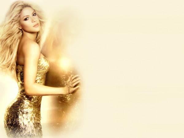Шакира в коротком вечернем платье золотого цвета