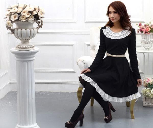 Приталенное черное платье с белым воротничком