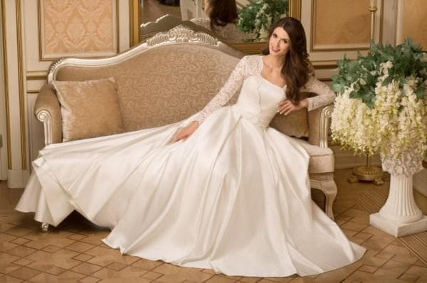 Атласное платье невесты с кружевными рукавами