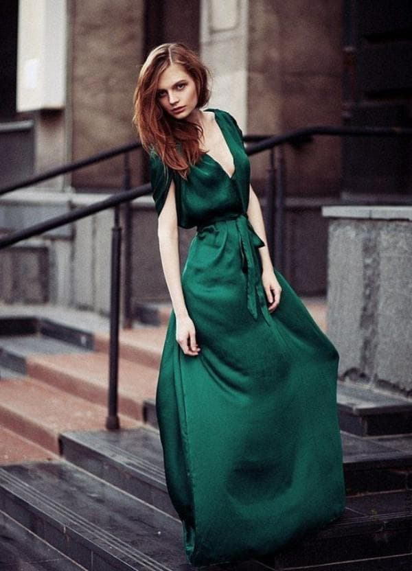 Атласное платье в пол изумрудного цвета