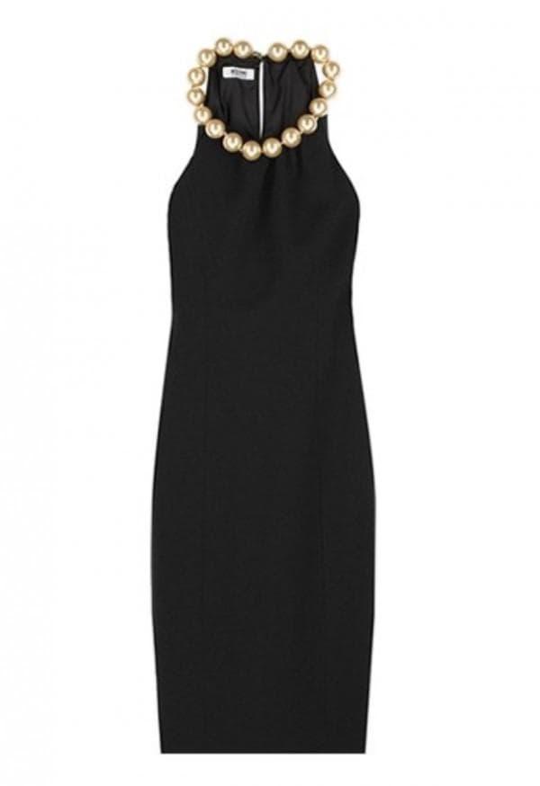 Маленькое черное платье с бусами