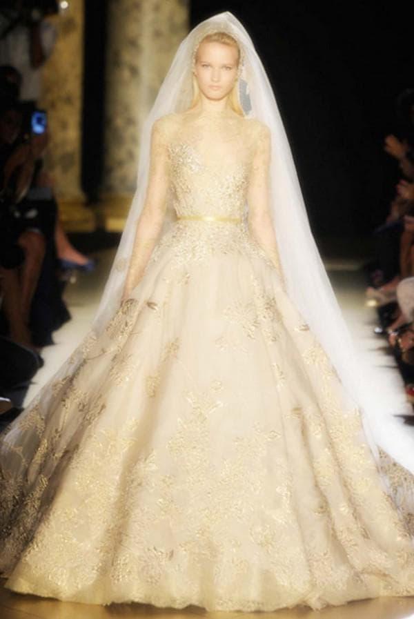 Свадебное платье пышное цвета золотой песок