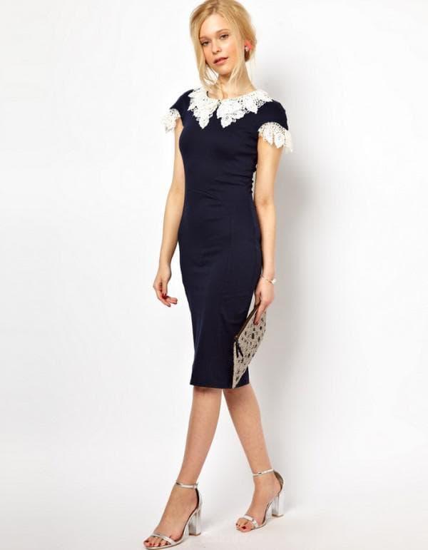Черное платье с кружевным воротником белого цвета