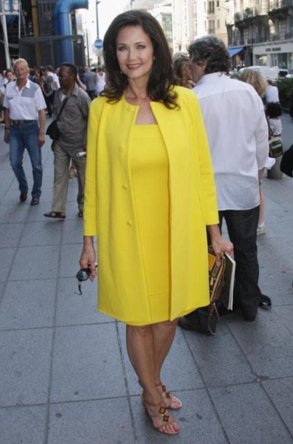 Желтое платье и пальто для полной женщины большого размера