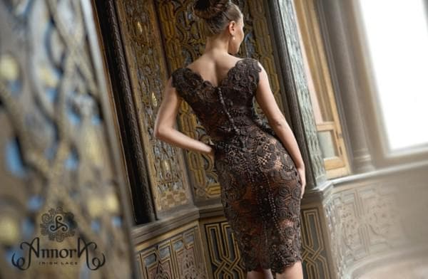 Коричневое вечернее платье из ирландского кружева