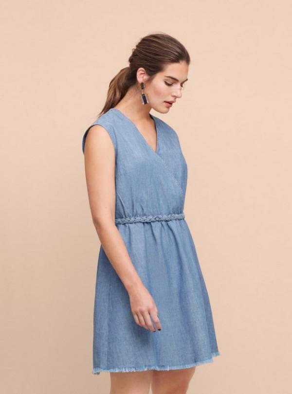 Голубое платье из денима без рукавов
