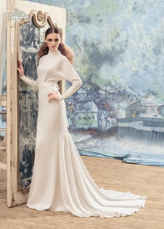 Прямое свадебное платье с рукавами летучая мышь и шлейфом