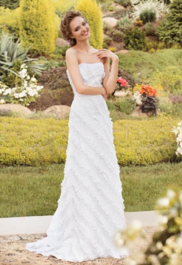 Прямое свадебное платье с кружевной каймой