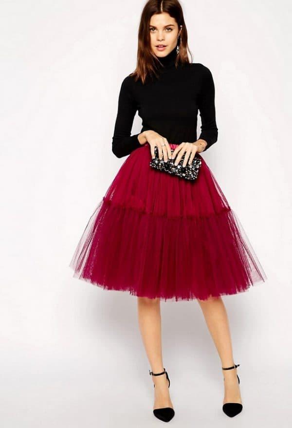 Малиновая юбка-пачка и черная водолазка