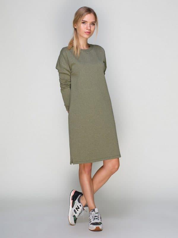 Платье-трапеция цвета хаки с кроссовками