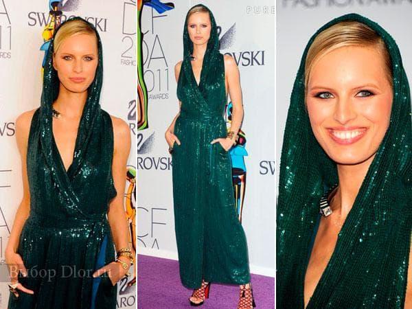 Темно-зеленое платье с капюшоном на Каролине Курковой