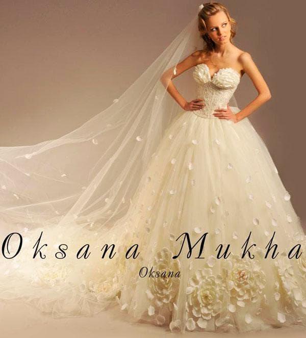 Пушное свадебное платье кремового цвета без бретелей