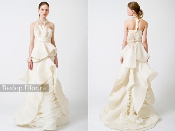 Молочное приталенное свадебное платье с воланами