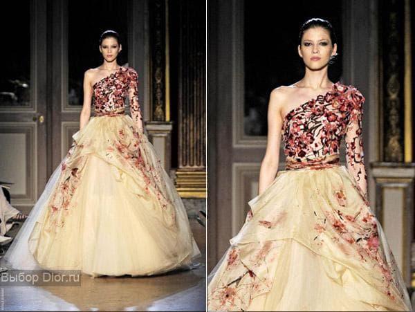 Платье сливочного оттенка с красными цветами